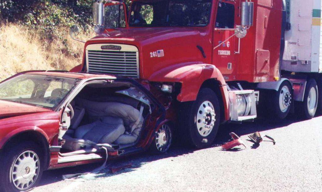 El Mejor Bufete Legal de Abogados de Accidentes de Semi Camión, Abogados Para Demandas de Accidentes de Camiones Orange County California